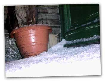 Sneeuw en hagel op het balkon.